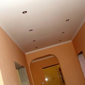 отделка потолка в прихожей